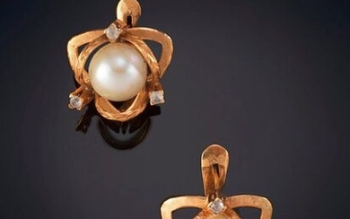 LOT OF TWO PAIRS OF EARRINGS WITH MABÉ PEARL in 18k yellow gold. Price: 125,00 Euros. (20.798 Ptas.)