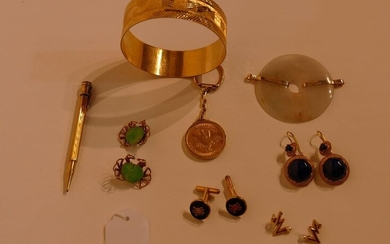 Lot of 18K yellow gold jewels: a bracelet (41gr), 3 pairs of earrings set with jade, lapis lazuli, and pearls (Weight: 21gr), a pair of cufflinks (7gr), a bic (9gr), a quartz and gold pendant and a key ring (26gr).