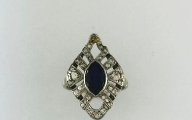Openworked shuttle ring in 750°/°°° white gold and platinum set with a sapphire set with a diamond pavé, circa 1935, (greyish), Gross weight: 5,2g