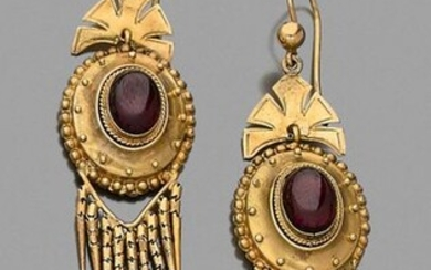 Pair of 14 carat yellow gold (585‰) EARRINGS PENDANTS, twisted and openwork, set with a cabochon garnet, holding nine pendants. Swan neck clasp. In their case.