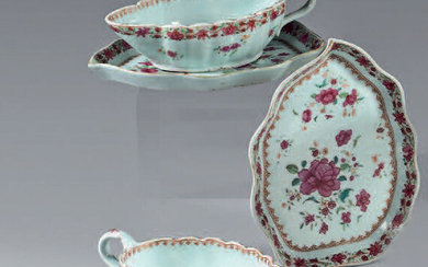 Pair of sauce boats and their trays in Chinese porcelain.