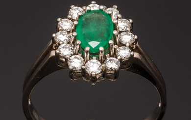 Ring with emerald and brilliant cut diamonds