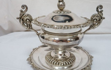 Sugar bowl and its frame in silver punch Old man with gadrooned decoration. Shaped like a fruit. Net weight 644 g. Height: 13 cm.