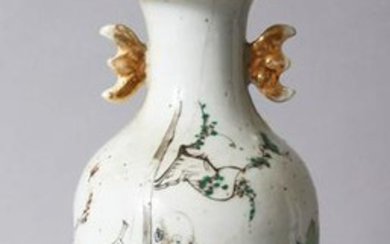 A 19TH CENTURY CHINESE FAMILLE ROSE PORCELAIN VASE /
