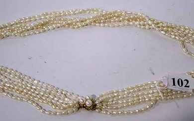 A LADY'S PEARL NECKLACE