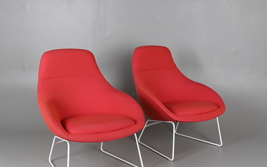 A PAIR OF NAUGHTONE ALWAYS LOUNGE CHAIRS.