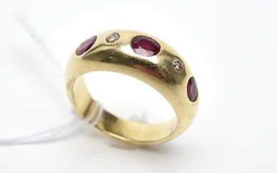 A RUBY AND DIAMOND DOME RING IN 18CT GOLD, SIZE M