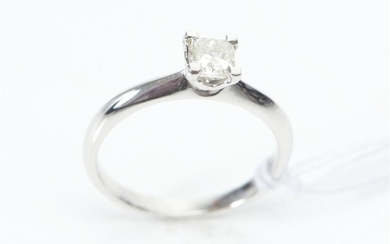 A SOLITAIRE DIAMOND RING IN 18CT WHITE GOLD, CENTRALLY SET WITH A PRINCESS CUT DIAMOND OF 0.40CT, SIZE M, 2.7GMS
