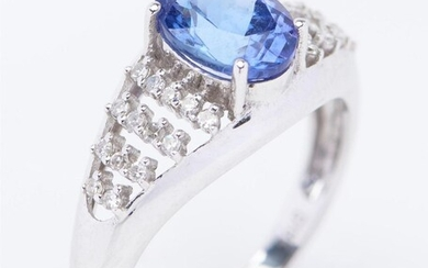 A TANZANITE AND DIAMOND DRESS RING IN 18CT WHITE GOLD, CENTRALLY SET WITH AN OVAL CUT TANZANITE OF 2.70CTS, AND DIAMOND SET SHOULDER...