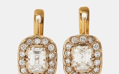 A pair of earrings in 18K gold set with emerald-cut diamonds
