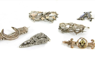 A quantity of Victorian and later brooches