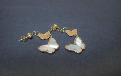 Pair of 750°/00 yellow gold butterfly earrings decorated with mother-of-pearl and butterflies in textured gold. Butterfly pierced earring system. Length of the pattern: 6 cm. Total gross weight: 9.15 g