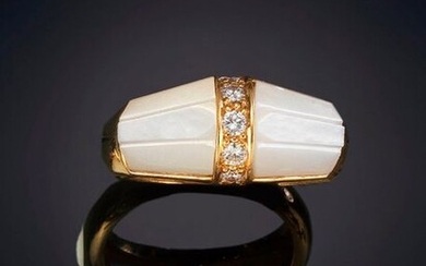 RING WITH CENTRAL BAND OF BRIGHT, EXTRA QUALITY, AND PEARL ON THE SIDES. Mounting in 19k yellow gold. Punched piece. Exit: 330,00 Euros. (54.907 Ptas.)