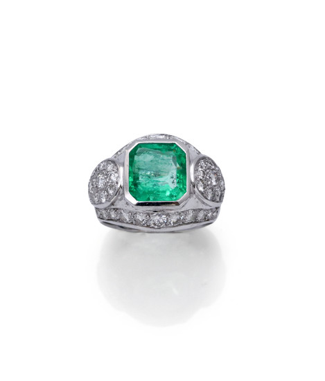 WHITE GOLD EMERALD AND DIAMOND SET RING