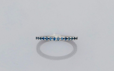 Wedding band in white gold, 750 MM, highlighted with round sapphires, size: 53, weight: 1.5gr. gross.