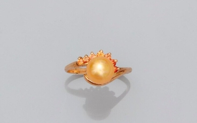 Yellow gold ring, 750 MM, decorated with a Gold pain pearl, diameter 7 mm worn by yellow sapphires, height 7 mm, size: 54, weight: 2,6gr. gross.