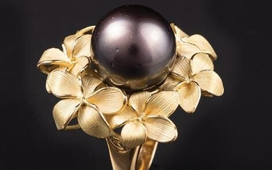 18 kt. Yellow Gold and Black Pearl Ring