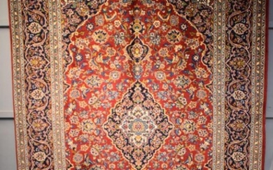 A FINE HAND-KNOTTED PERSIAN KASHAN CARPET, 100% WOOL. DENSE PILE. EX-GALLERY STOCK. IN EXCELLENT CONDITION. CLASSIC KASHAN BOOK-COVE...