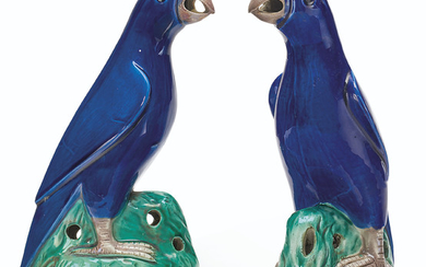 A PAIR OF BLUE-GLAZED PARROTS, 18TH/19TH CENTURY