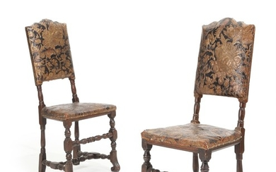A pair of Danish stained beech Baroque chairs, upholstered with original leather. Circa 1700. (2)
