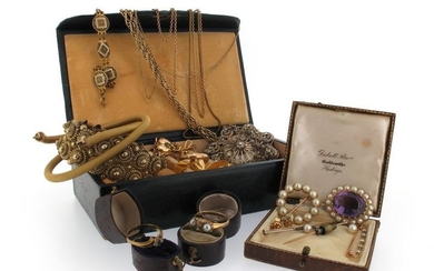 A quantity of jewellery, including a yellow gold...