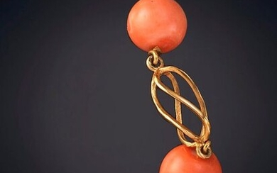 BRACELET WITH FIVE MEDITERRANEAN CORAL BALLS JOINED BY FRETWORKED PINK GOLD LINKS. Frame in 18k pink gold. Output: 180,00 Euros. (29.949 Ptas.)