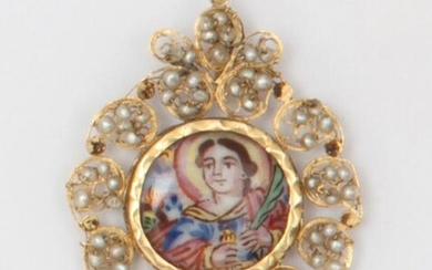 Filigree yellow gold pendant, decorated with a polychrome enamelled miniature representing a religious scene in a pearl surround. Length : 4,2cm. Weight : 6,1g.