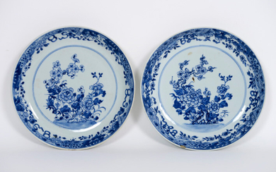 Pair of 18° century Chinese bowls in porcelain with blue-white decor with flower bushes - diameter : 21,5 cm ||pair or 18th Cent. Chinese dishes in porcelain with blue-white decor with flower bush