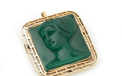 Pendant brooch in 18K yellow gold (750/°°°), centered on a cameo on malachite with a female profile. 3 x 3.2 cm approx Gross weight : 17.6g