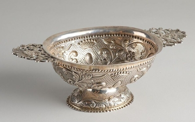 Silver brandy bowl, 925/000, decorated with curls, floral decoration and crowns, placed on an oval base with pearl decoration and 2 handles with putti. With engraving along the edge: To mr & mrs FWSallis from their friends at BU 1939-1951. Made for...