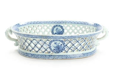 A Chinese blue and white export porcelain basket. 18th-19th century. L. 32 cm.
