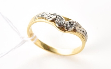 A DIAMOND SET BAND IN TWO TONE 18CT GOLD, RING SIZE M, 2.3GMS
