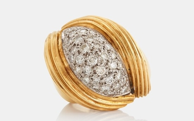 An 18K gold ring set with round brilliant-cut diamonds