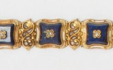 Articulated bracelet in white enamelled yellow gold with scroll decoration, decorated with eight lapis lazuli plates each set with antique cut diamonds. Early 20th century work. Length : 17cm. Rough weight: 33g.