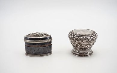 Betelnut accessories (2) - Silver and lacquer - Lime Box - Burma - Late 19th, early 20th