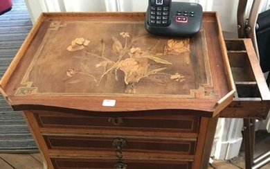 CHIFFONNIERE TABLE in fruit wood inlaid with green stained wood framing nets, the top decorated with a floral bouquet, opening with three drawers on the front and a side drawer forming a writing tablet in the belt, the legs are arched. Regional work...