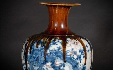 Chinese Art. A porcelain vase with dragon China, Qing dynasty, 19th century. White porcelain body decorated with underglaze cobalt blue and copper red. The flaring neck with an unusual running brown reddish cover... Cm 23,00 x 35,00.