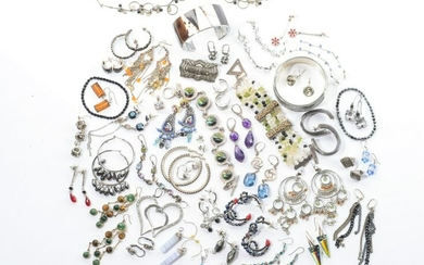 LOT OF ASSORTED SILVER & COSTUME JEWELLERY