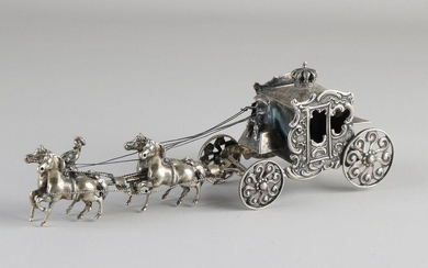 Large silver miniature, 835/000, large royal carriage with a team of 4 horses, 1 rider on the horse and a figure on the goat. 19x5x6cm. ca 203 grams. MT .: J. Weeda, Haarlem, (Argentor firm) jl .: B: 1986. In good condition