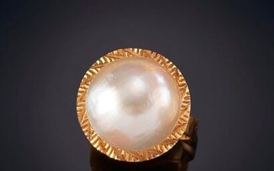 MABE PEARL RING ON A YELLOW CARVED RED BORDER. Mounting in 18k yellow gold. Output: 100,00 Euros. (16.639 Ptas.)