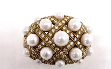RING in 18K yellow gold. It features a dial of brilliant-cut diamonds set with white cultured pearls (untested). Spring for cutting. TDD: 52. Gross weight : 16.78 gr. A cultured pearl, diamond and gold ring.