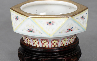 Small Chinese bowl in rose family porcelain, probably 19th Century.