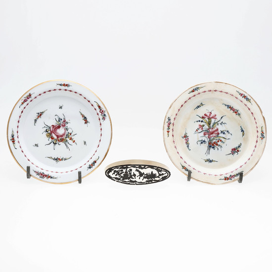 Two dishes in glazed opal glass by La Granja and bobbin for thread in mother of pearl and silver, late 18th Century.