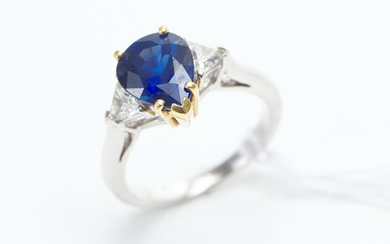 A CEYLONESE SAPPHIRE AND DIAMOND RING IN TWO TONE 18CT GOLD, THE PEAR CUT BLUE SAPPHIRE WEIGHING 3.30CTS AND DIAMONDS TOTALLING 0.70...