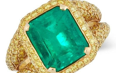 A COLOMBIAN EMERALD AND YELLOW DIAMOND RING set with a