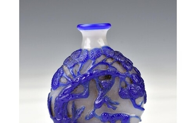 A Chinese carved cameo glass snuff bottle, probably early 20...