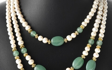 A TRIPLE STRAND OF FRESHWATER PEARLS AND GREEN STONE BEADS, TOTAL LENGTH 440MM