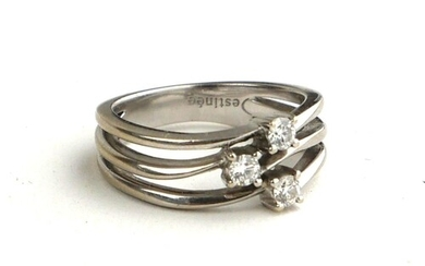 AN 18CT GOLD AND DIAMOND THREE STONE RING (SIZE K).