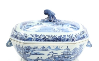 Chinese export blue and white porcelain tureen. 18th-19th century. H. 22. L. incl. handles 33 cm.