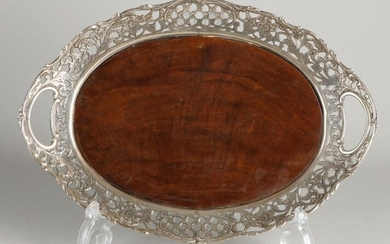 Oval tray with silver openwork edge, 833/000, with Biedermeier finish. The tray has a wooden top. 31x22cm. MT .: BWEldick, Zutphen. jl .: I: 1918. In good condition